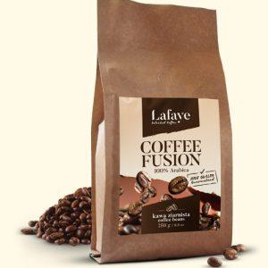 COFFEE FUSION 250G 27,99 ZŁ Coffee Fusion jest mieszanką ziaren Arabiki o niezwykle bogatym i wielowymiarowym bukiecie. To perfekcyjnie skomponowana, wyrazista mieszanka, przeznaczona dla tych, którzy chcą coś więcej od kawy… Zmysłowa, aromatyczna, odprężająca….