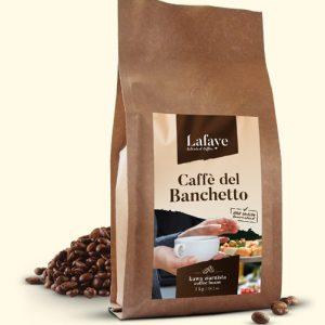 CAFFE DEL BANCHETTO 1KG 19,99 ZŁ Coffee del Banchetto idealna propozycja dla osób lubiących mocne i aromatyczne espresso. Po zaparzeniu kawa ma wyczuwalną przyjemną czekoladowo-orzechową nutę oraz delikatną kwasowość. Dodatkowym atutem jest gruba crema o pięknym orzechowym kolorze.