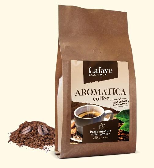 AROMATICA COFFEE KAWA MIELONA 250G 24,99 ZŁ Dzięki zawartości odpowiedniej dawki Robusty Cherry odpowiednio nas pobudzi i doda pozytywnej energii. Specjalny proces palenia zapewnia delikatny smak oraz odpowiedni poziom kwaskowości, wydobywa też przyjemne aromaty z nutami orzechowymi.