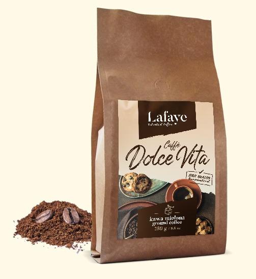 CAFFÈ DOLCE VITA KAWA MIELONA 250G 24,99 ZŁ Caffè Dolce Vita to świetnie zbalansowana mieszanka świeżo palonych ziaren z brazylijskich i indyjskich plantacji. Mieszanka ta, dzięki odpowiedniej proporcji w doborze ziaren tworzy wyśmienitą crème o niskiej goryczy oraz niskiej kwasowości. Dominujące nuty to orzech i czekolada. Idealna zarówno do kaw mlecznych jak i czarnych.
